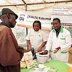 One-on-one adivce for farmers in Kenya